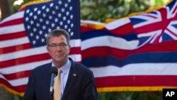 Trên nền là lá cờ Hoa Kỳ và Hawaii bay trong gió, Bộ trưởng Quốc phòng Ash Carter phát biểu tại một cuộc họp báo trong cuộc họp với các Bộ trưởng quốc phòng của ASEAN, diễn ra tại Kapolei, Hawaii, ngày 30 tháng 09 năm 2016.