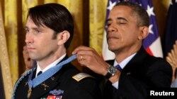 El presidente Barack Obama pone la Medalla de Honor a William Swenson, el máximo galardón militar entregado por la Casa Blanca.