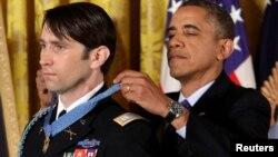 Tổng thống Obama trao tặng Huân chương Danh dự cho cựu Đại úy William Swenson trong một buổi lễ tại Tòa Bạch Ốc, 15/10/13