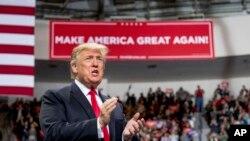 El presidente de EE.UU., Donald Trump, llega a una concentración en el complejo Resch en Green Bay, Wisconsin, el sábado 27 de abril de 2019.