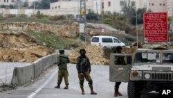 Izraelski vojnici blokiraju jedan od izlaza sa Zapadne obale kod grada Hebron (arhiva)