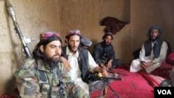 افغان امنیتي چارواکي وایي طالبانو نن شپه لس بجې د هلمند په خانشین ولسوالۍ ډله ایز بریدونه پیل کړل چې څلور ساعته یې دوام وکړ.