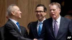 美国贸易代表莱特希泽与美国财政部长姆努钦在美国贸易代表办公室外与中国副总理刘鹤握手告别。(2019年5月14日)