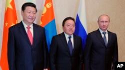 Слева направо: Си Цзиньпин, Цахиагийн Элбэгдорж, Владимир Путин. Душанбе, Таджикистан, 11 сентября 2014.