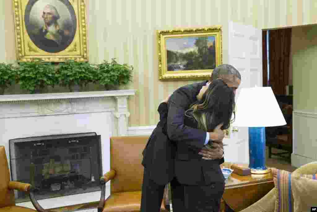نینا فُم، پرستار ۲۶ ساله اهل دالاس ایالت تگزاس، پس از بهبودی کامل از ویروس ابولا و ترخیص از انستیتوی ملی بهداشت، به دیدار رئیس جمهوری آمریکا رفت – کاخ سفید واشنگتن، ۲ آبان ۱۳۹۳
