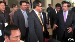 Prime minister Hun Sen and opposition leader Sam Rainsy talked to reporters about 'culture of dialogue', on April 9, 2015, Phnom Penh, Cambodia. (Photo: VOA Khmer)