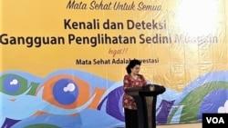 Menteri Kesehatan Nila Moeloek memberi sambutan pada peringatan hari Penglihatan Sedunia di Surabaya, Jumat (12/10). (foto: Petrus Riski/VOA)
