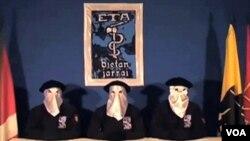 Tiga militan Basque ETA saat mengeluarkan pernyataan gencatan senjata dalam bahasa Basque.