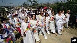 위민크로스DMZ 대표단이 지난해 5월 한반도 분단의 상징인 비무장지대를 걸어서 넘는 행사를 개최했다. 경의선 육로로 군사분계선을 통과한 대표단이 한국의 환영단과 함께 임진각까지 '평화걷기'를 하고 있다.