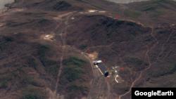북한 서해 동창리 미사일 발사장 전경. 1번은 이동식 ICBM용 발사대 공사로 추정되는 굴착작업이 벌어지는 지점. 2번은 미사일 조립건물, 3번은 기존 발사대, 5번은 계측 건물이다. 구글 어스 이미지.