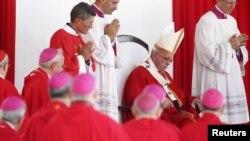 Paus Fransiskus (kedua dari kanan) memimpin misa di kota Holguin, Kuba, Senin (21/9).