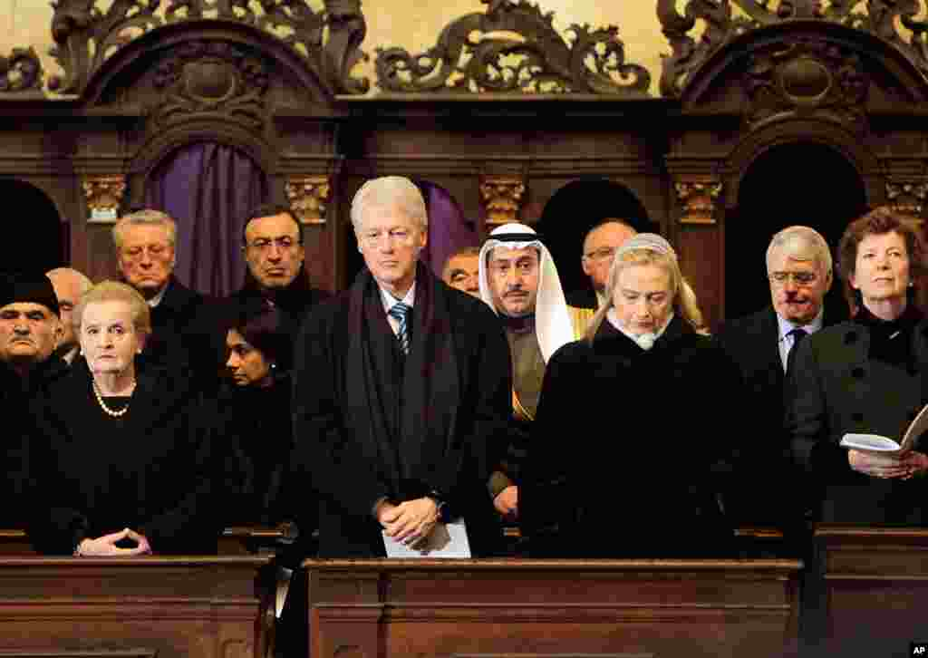 前美国国务卿奥尔布赖特、前美国总统克林顿和现任美国国务卿希拉里•克林顿出席哈维尔的葬礼。(AP)