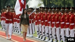 PM Thailand Yingluck Shinawatra disambut pasukan pengawal kehormatan di halaman Istana Merdeka Jakarta (12/9).