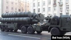 俄罗斯在叙利亚部署S-400防空系统后,北约战机在叙利亚行动将面临威胁。去年5月9日红场阅兵前夕彩排时,在莫斯科街头的S-400防空导弹系统。(美国之音白桦拍摄)