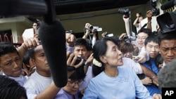 Lãnh tụ dân chủ Miến Điện Aung San Suu Kyi rời khỏi văn phòng của bà tại Yangon, ngày 22/4/2012