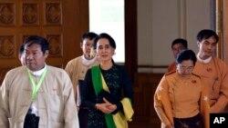 Pemimpin pro-demokrasi Aung San Suu Kyi, tengah, berjalan bersama anggota DPR dari Liga Nasional bagi Demokrasi (NLD), 8 Februari 2016, di Naypyitaw, Myanmar.