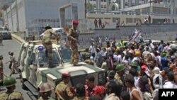 Binh sĩ Yemen ngăn chặn một cuộc biểu tình đòi Tổng thống Ali Abdullah Saleh từ chức tại thành phố Taiz, ngày 28/4/2011