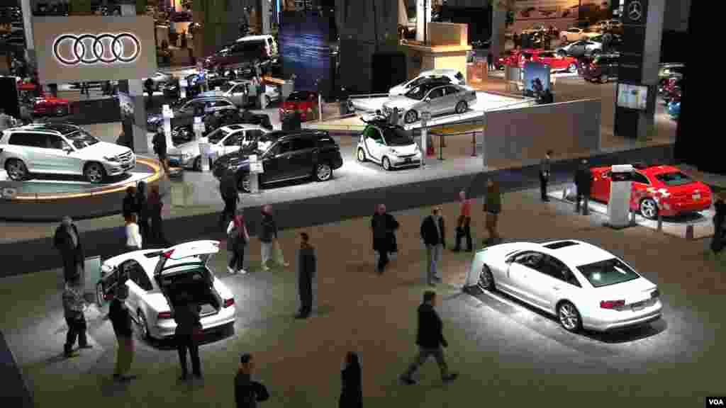 Vista de una de las salas de la Feria de Autos más grande de Washington. [Foto: Philip Alexiou,VOA]