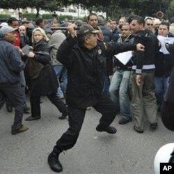 Heurts entre policiers et manifestants au début des émeutes, à Tunis