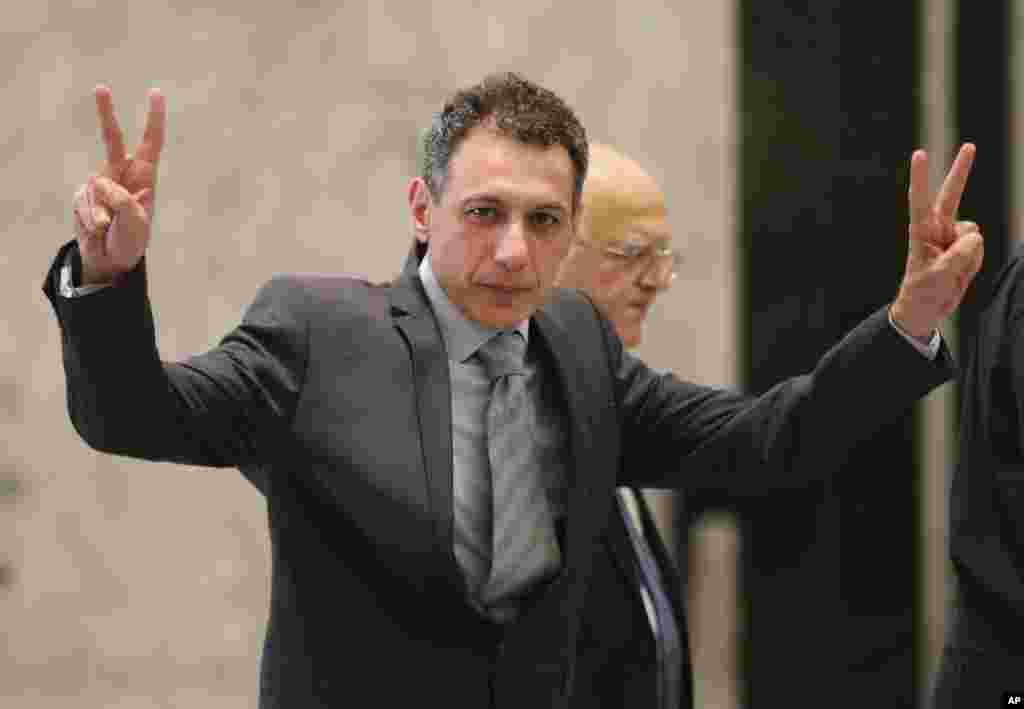 از بازداشت تا آزادی شهروند دارای اقامت آمریکا توسط جمهوری اسلامی - آقای زکا پس از ورود به بیروت برای دیدار با میشل عون به کار ریاست جمهوری رفت. او در کاخ ریاست جمهوری به خبرنگاران علامت پیروزی نشان داد.