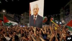 图为巴勒斯坦人9月23日在西岸城市拉马拉为阿巴斯欢呼