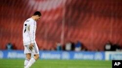 Cristiano Ronaldo meninggalkan lapangan setelah menerima kartu merah.
