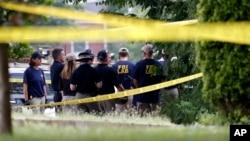 调查人员2017年6月14日在发生枪击事件的亚历山德里亚棒球场准备搜寻证据