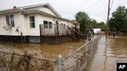 2016年6月25日警察和消防队员在西维吉尼亚州洪灾区挨家搜索。