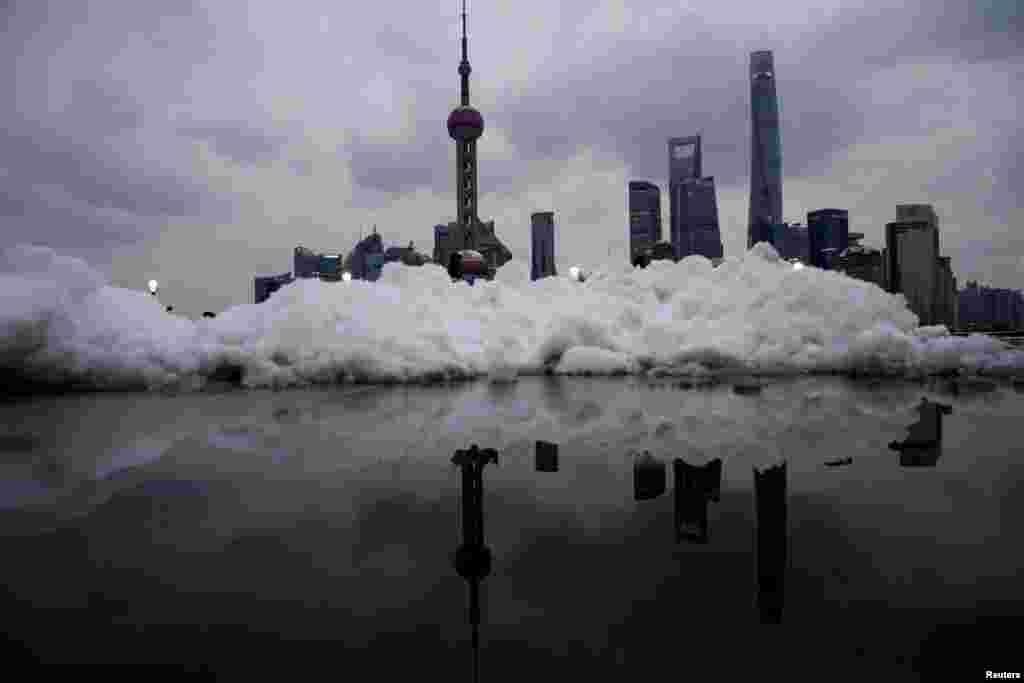 زمین های یخ زده و پوشیده از برف در منطقه تجاری و اداری چین