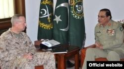 Komandan pasukan AS dan NATO di Afghanistan, Jenderal John Allen berbicara dengan Jenderal Pakistan Ashfaq Parvez Kayani (foto: dok). Allen dan Kayani bertemu di Islamabad Kamis (3/8).