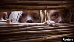 Des enfants réfugiés ayant fuit le conflit au Darfour dans l'ouest du Soudan, dans le camp de Djabal près de Gos Beida dans l'est du Tchad, le 19 juin 2008 (Reuters)