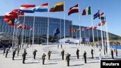 Прапори країн-членів Альянсу біля нової штаб-квартири НАТО в Брюсселі