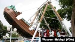 عید کے موقع پر جھولا جھولتے بچوں کا ایک منظر