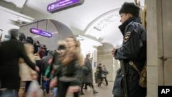 Un policier monte la garde à la station de métro Pushkinskaya à St-Pétersboug (7 avril 2017)