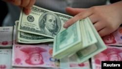 Archivo - Las monedas de Estados Unidos y China en competencia frontal.