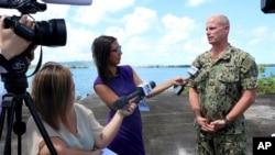 Hải quân Đại tá Mỹ Jeff Grimes loan báo hoãn vô hạn định các cuộc tập trận chung của 4 nước Pháp-Anh-Mỹ-Nhật sau khi tàu đổ bộ Pháp mắc cạn ngày 12/5/2017.