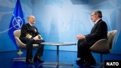 Laksamana James Stavridis (kiri) panglima operasi NATO saat wawancara dengan wartawan VOA Al Pessin di markas besar NATO di Brussels (23/4)