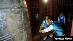 15일 평양시 중심부인 중구역 대동문의 연광정에서 청색 저고리에 흰색 한복 바지를 입은 남성 2명이 '평양시'를 알리는 타종을 하고 있다고 조선중앙통신이 보도했다.