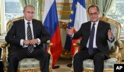 俄罗斯总统普京(左)和法国总统奥朗德(右)举行会谈(2015年10月2日资料照片)