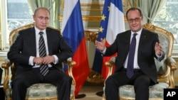 Presiden Rusia Vladimir Putin (kiri) saat bertemu Presiden Perancis Francois Hollande di Paris 2 Oktober 2015 lalu (foto: dok). Kedua pemimpin Selasa (17/11) sepakat melakukan kerjasama militer dan intelijen untuk menggempur ISIS.