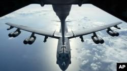 Un avión bombardero B-52 es recargado de combustile en pleno vuelo. Dos de estos aviones violaron sobre espacio reclamado por China.