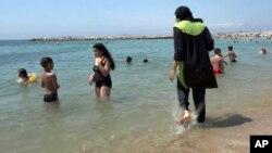 Seorang perempuan Muslim Perancis (kanan) mengenakan pakaian muslimah di sebuah pantai di kota Marseille (foto: ilustrasi).