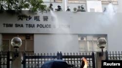 一名反送中抗議者向香港尖沙咀警察署投擲燃燒瓶。(2019年10月20日)