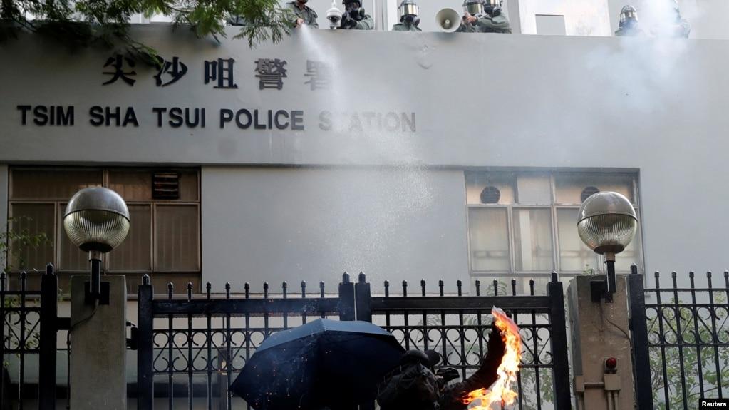 一名反送中抗議者向香港尖沙咀警察署投擲燃燒瓶。 (2019年10月20日)