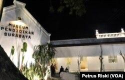 Gedung Museum Pendidikan Surabaya setelah diresmikan bertepatan dengan Hari Guru Nasional, 25 November 2019 (Foto: VOA/ Petrus Riski-VOA).