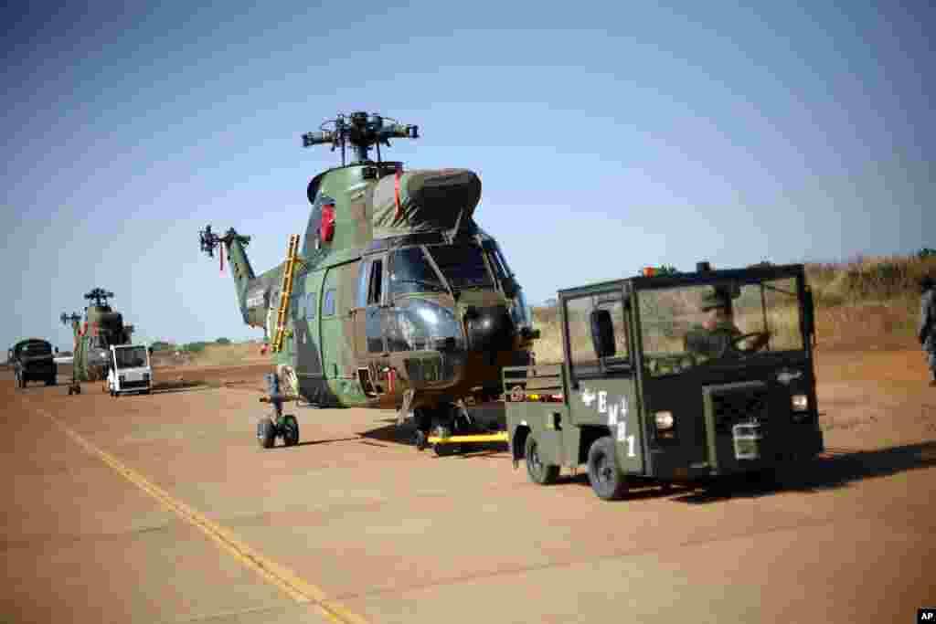 Des hélicoptères français à l'aéroport de Bamako, 16 janvier 2013