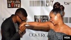 El cantante Usher participó en la recaudación de fondos para la fundación de su amiga Alicia Keys.