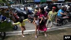 Los pobladores de Banda Aceh corren hacia zonas más altas tras el alerta de tsunami y los recuerdos del terremoto de 2004.