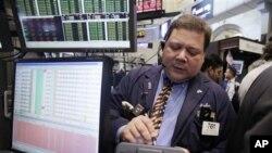 图为交易员约翰·桑迪亚哥9月9日在纽约证券交易所工作时