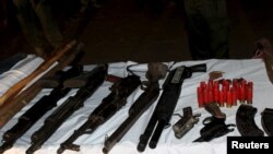 Des armes saisies dans le village Dajin Gomo, Kano, Nigeria, 2 novemrbre 2015.